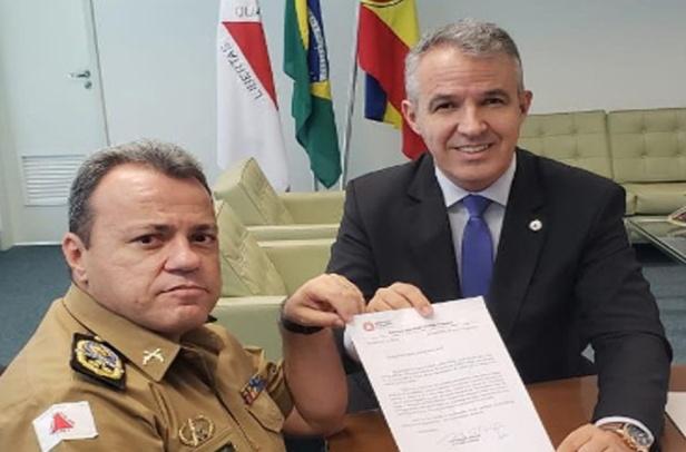 Comandante Geral da PM recebe requerimento do Deputado. Foto: Divulgação