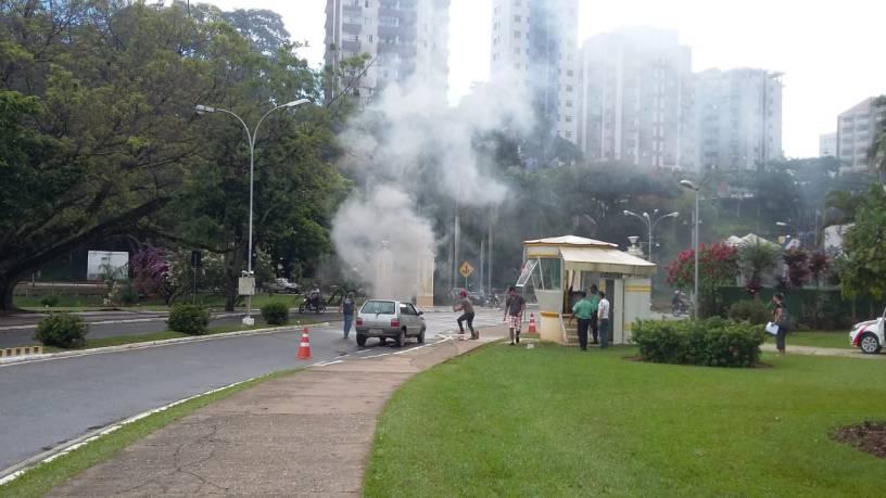Fumaça assustou quem passava pelo local. Foto cedida por leitor do VD