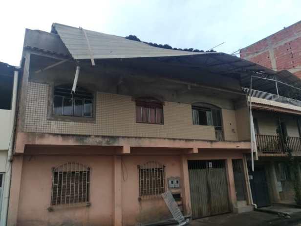 A cobertura desta outra casa se soltou e ameaça cair sobre a rua. Foto: cedida por leitor do VD