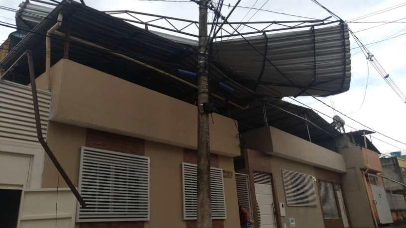 Telhado de unidade de saúde foi parar em cima de outra casa. Foto: Cedida por leitor do VD